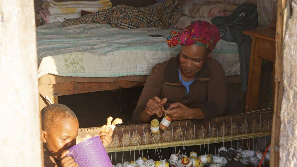 南アフリカの貧困地域でスモールビジネスを営む村人