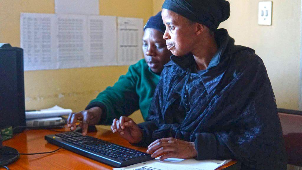 ワークショップでパソコンを使う南アフリカ人たち