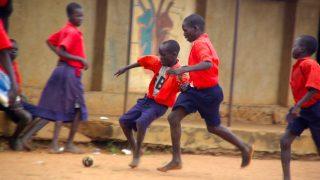 サッカーをするアフリカ少年