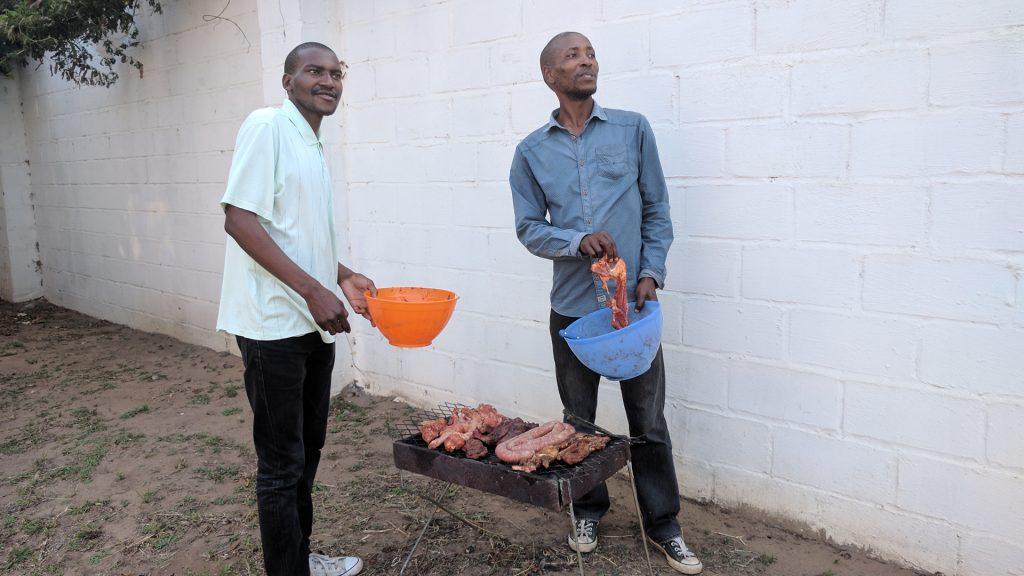 ブライ(バーベキュー)を楽しむ南アフリカ人同僚たち