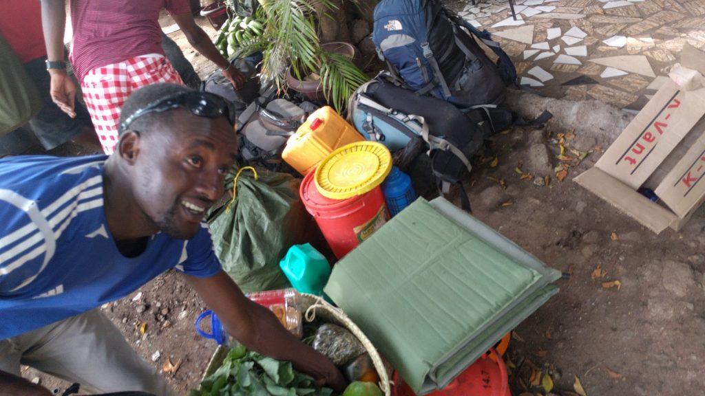 キリマンジャロ登山中の食料を準備するタンザニア人のポーターたち