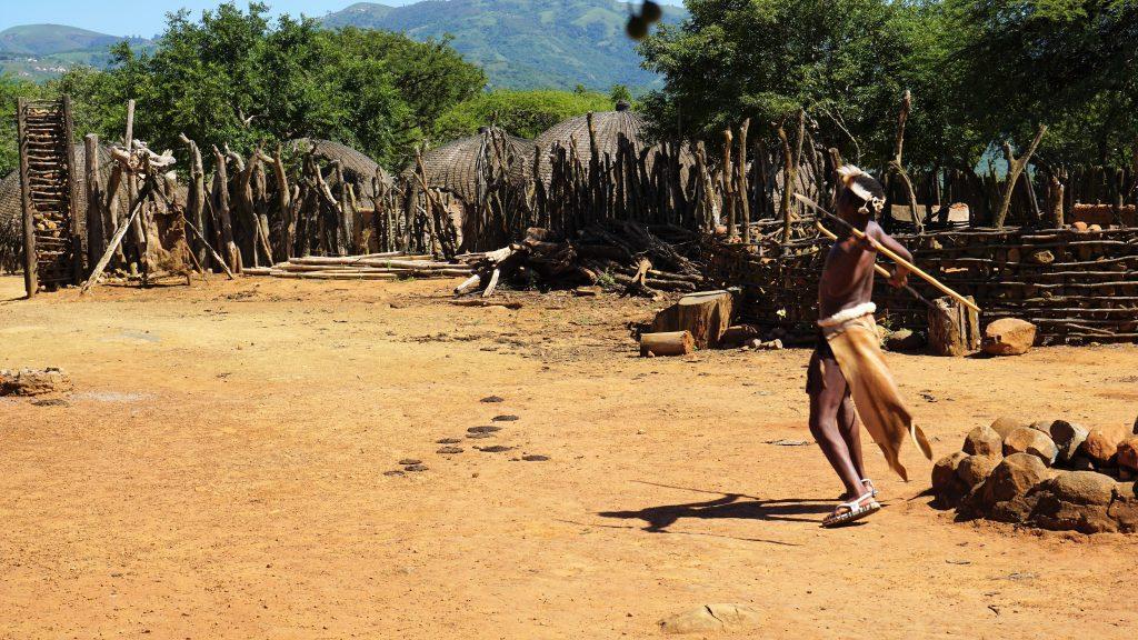 ズールー族の闘い方は槍投げ