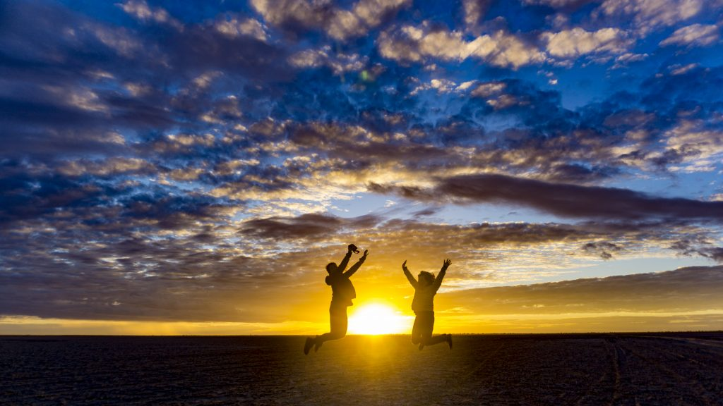塩湖で眺める「沈んでゆくアフリカの夕陽」