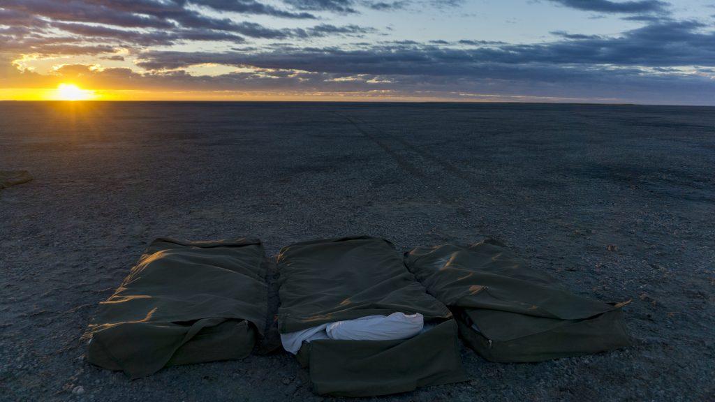塩湖の真ん中で布団を敷いて寝る
