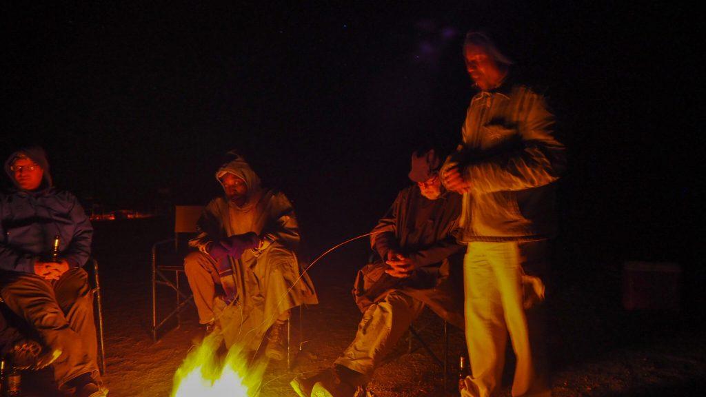 キャンプファイヤーではボツワナ人ガイドの話を聞いた