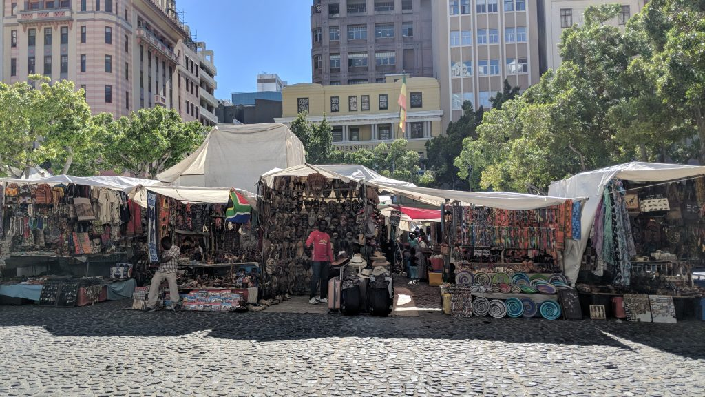 グリーンマーケットスクエアには南アフリカの伝統的な民芸品、工芸品が並ぶ