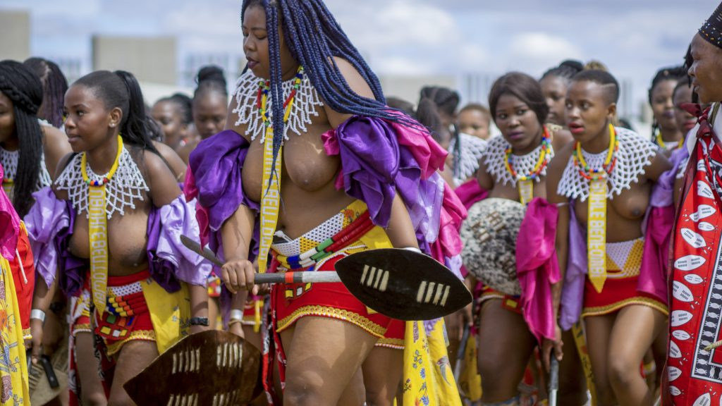 ズールー族の民族衣装を身にまとう女性たち
