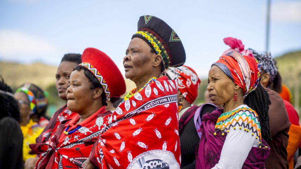 結婚した(処女ではない)女性は伝統的な帽子をかぶっている