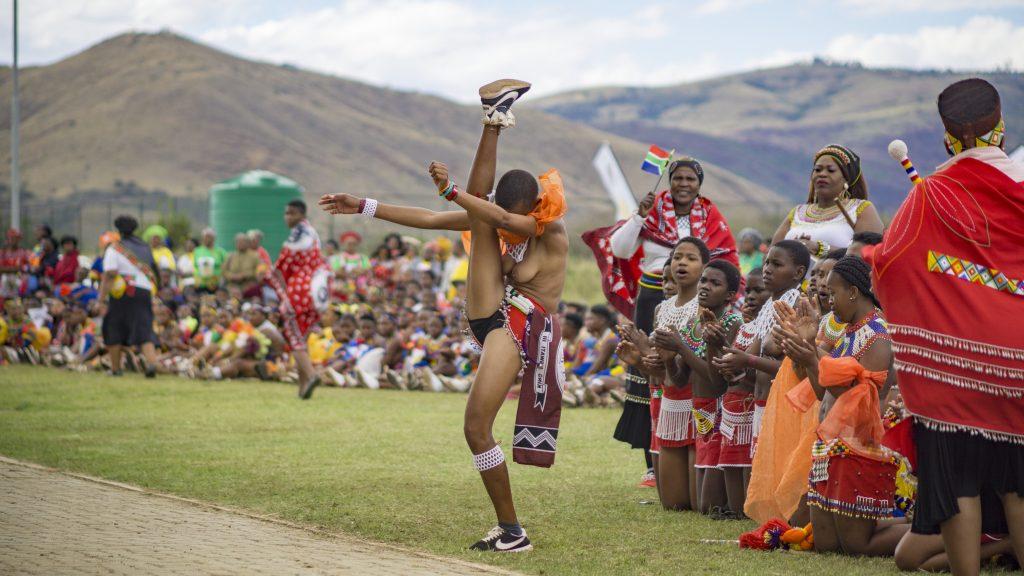 ズールー族のリードダンスの特徴は「足を高く上げる」