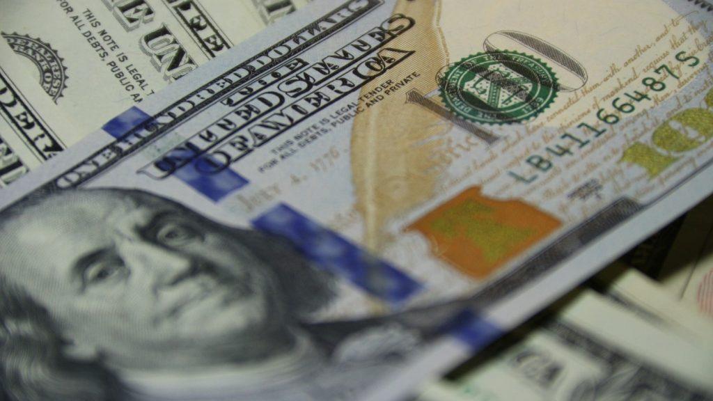 現金ではなく、クレジットカードを使用してリスクを下げる