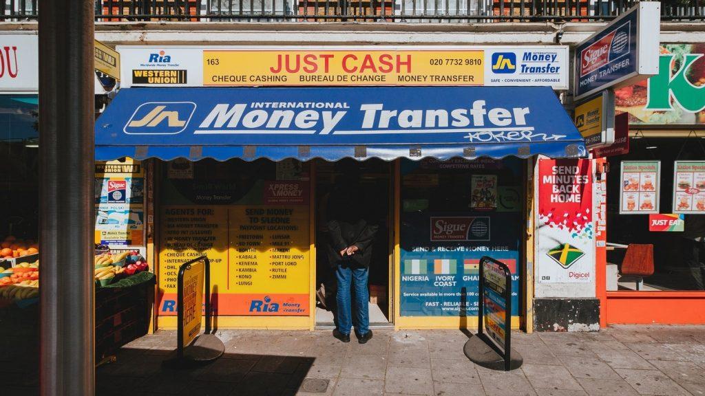 ATM設置場所とセキュリティガードがいるかどうかを確認