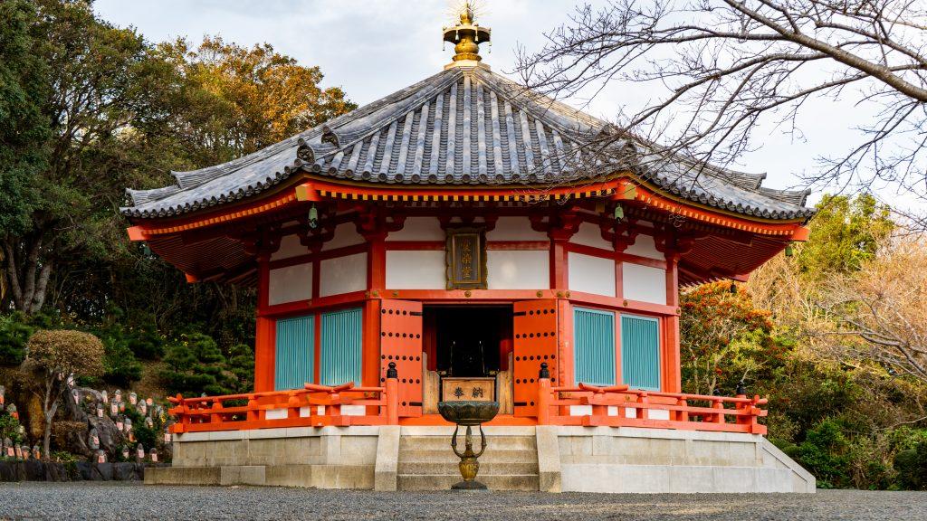 この愛染明王堂は、奈良法隆寺の夢殿を3分の2の大きさに再現したもの