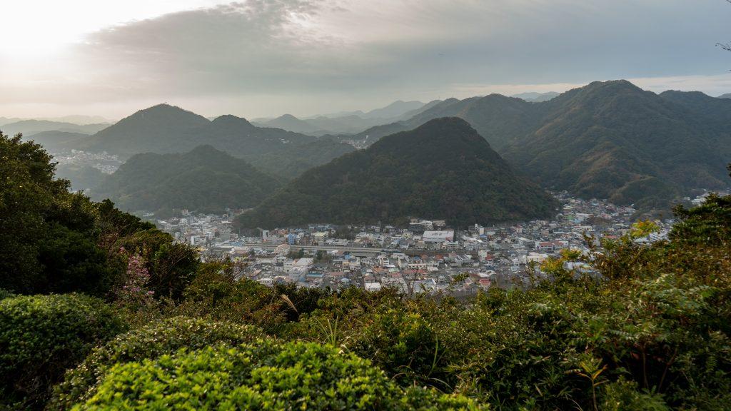 寝姿山の頂から下田の街を眺める景色
