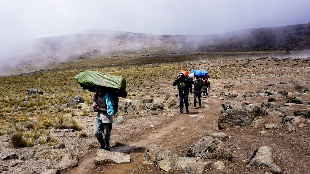 キリマンジャロ登山中のポーターが働きすぎる件