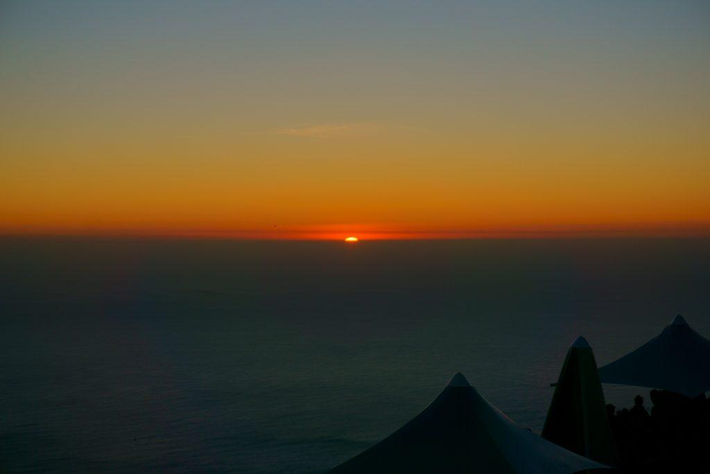 ロマンチックなテーブルマウンテンの夕陽・夜景
