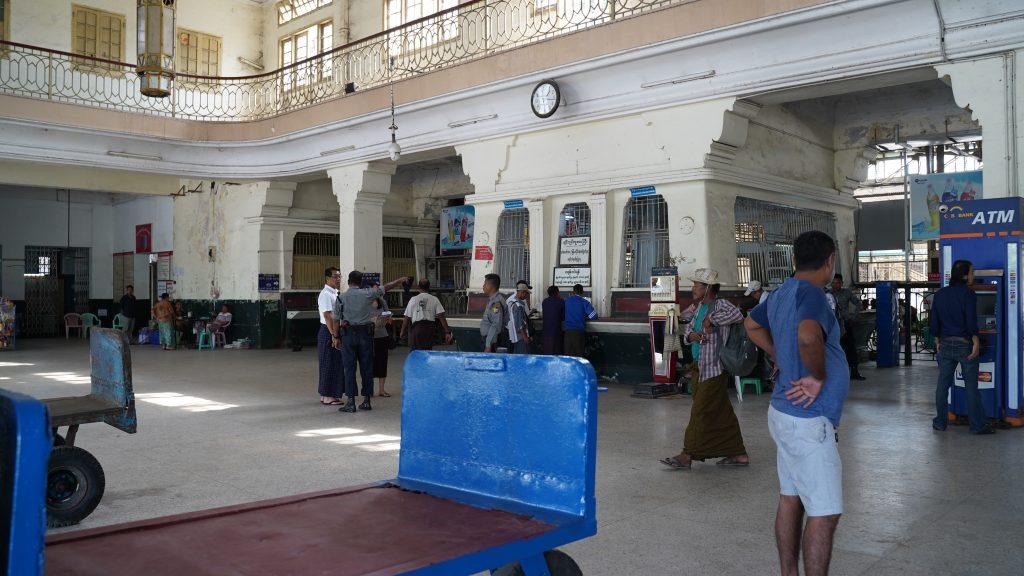 ヤンゴン中央駅のチケット売り場