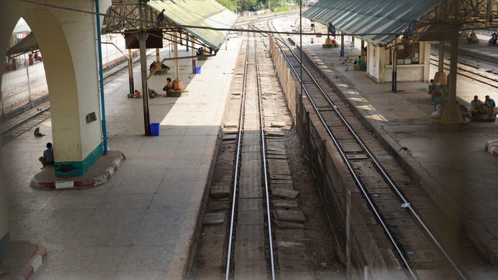 ヤンゴン中央駅のホームに向かう連絡通路から撮影