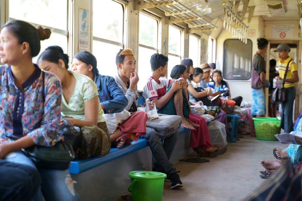 ヤンゴン環状線の車両内の様子