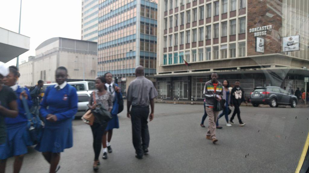 ジンバブエの首都ハラレ市内の大通り