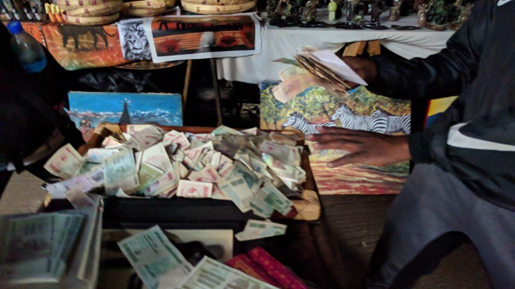 インフレ時の通貨を販売するお土産屋。クレジットカード決済で購入した