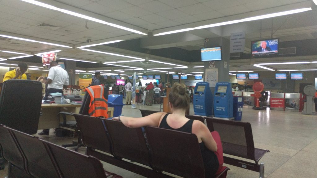 ダルエスサラーム国際空港内。外に出るとATMがある。
