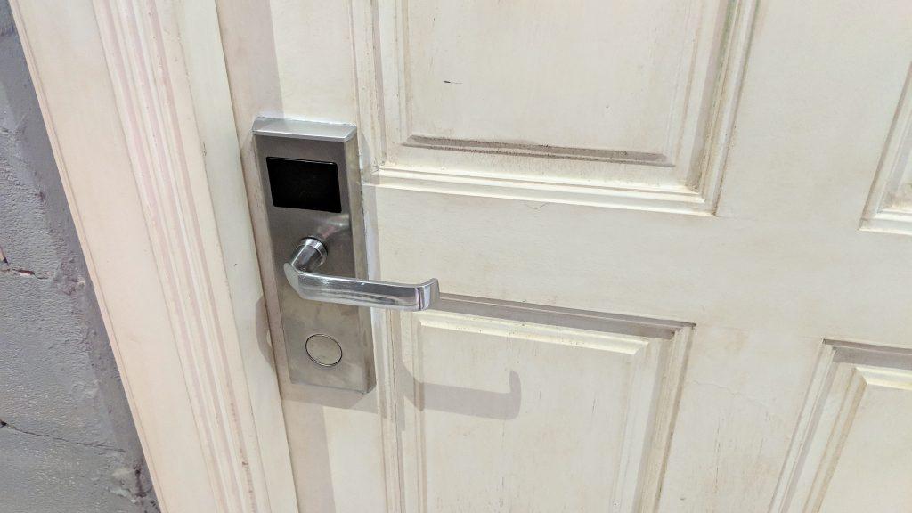 部屋のドアはカードキータイプ