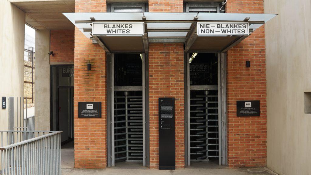 黒人用、白人用にわけられた入り口