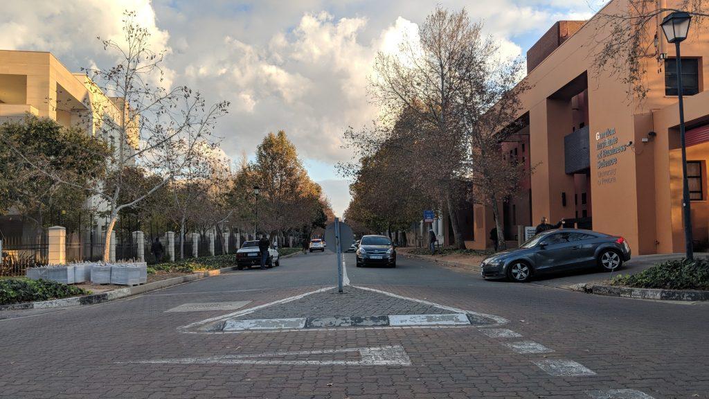 大学とオフィス街を挟む道