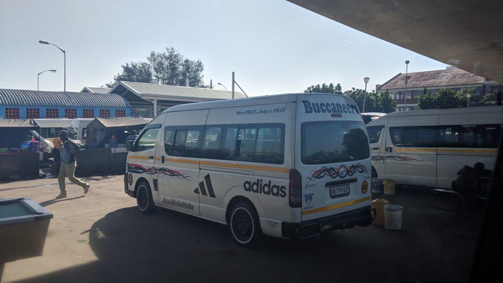 南アフリカの主要交通手段コンビタクシー