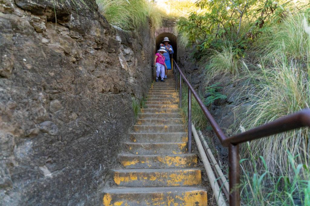 ダイヤモンドヘッドの途中に、大きく二つ階段があります。