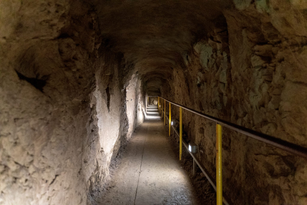 階段を上ると荒い造りのトンネルを抜けていきます。